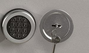 pour l'ouverture du coffre utiliser la clé et la combinaison electronique
